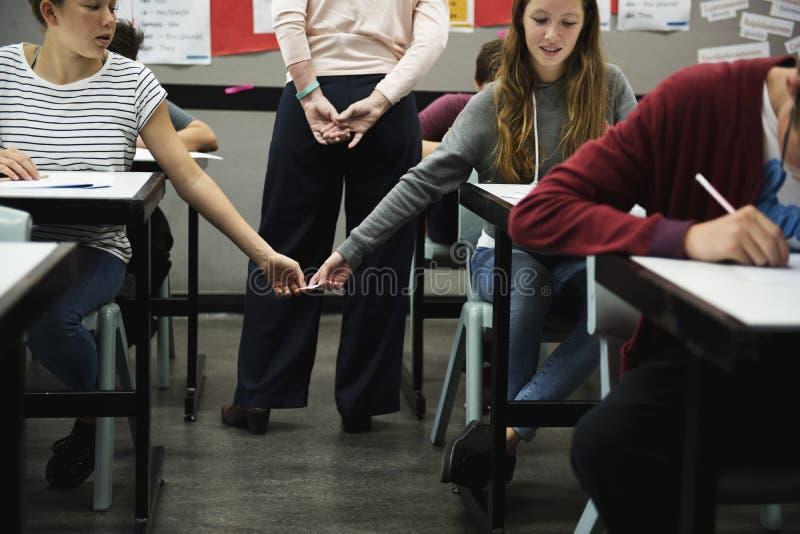Étudiantes trichant l'examen photo libre de droits