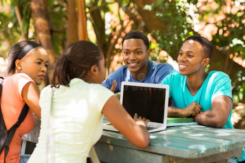 Étudiants à l'aide de l'ordinateur portable photos stock