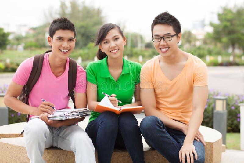 Étudiants à l'extérieur photographie stock libre de droits