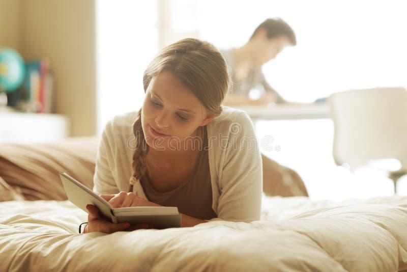 Étudiants à la maison images stock