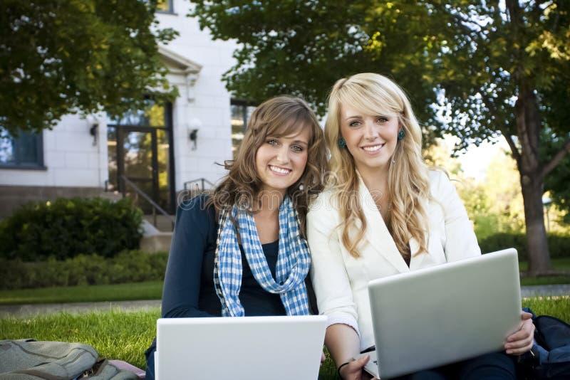 Étudiants étudiant sur l'ordinateur portable images stock