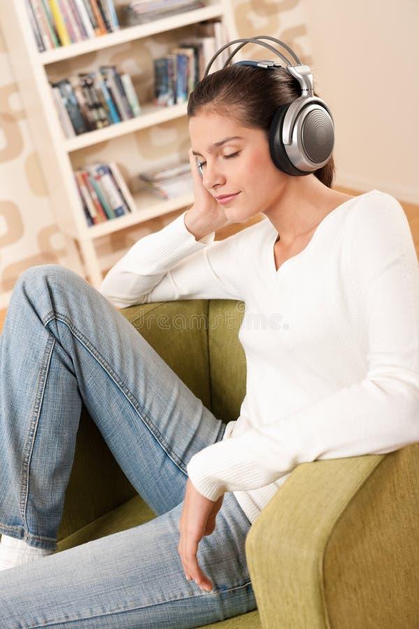 Étudiants - adolescent féminin heureux avec des écouteurs photographie stock libre de droits