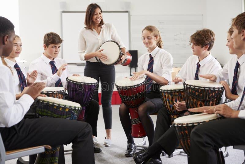 Étudiants adolescents étudiant la percussion dans la classe de musique photographie stock libre de droits