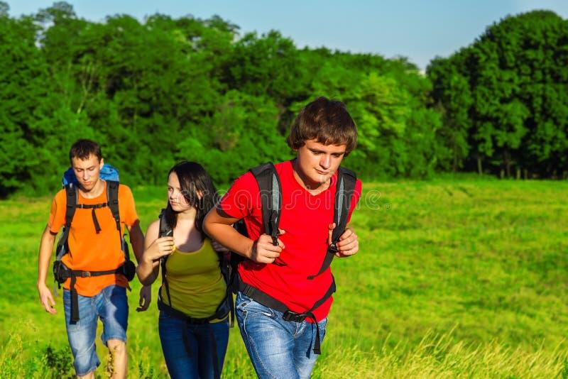 Étudiants adolescents appréciant l'été photo stock