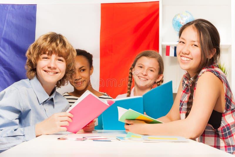 Étudiants adolescents apprenant le français à la salle de classe photographie stock