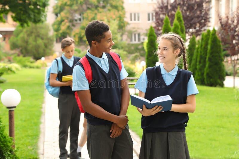 Étudiants adolescents dans l'uniforme scolaire élégant photos stock
