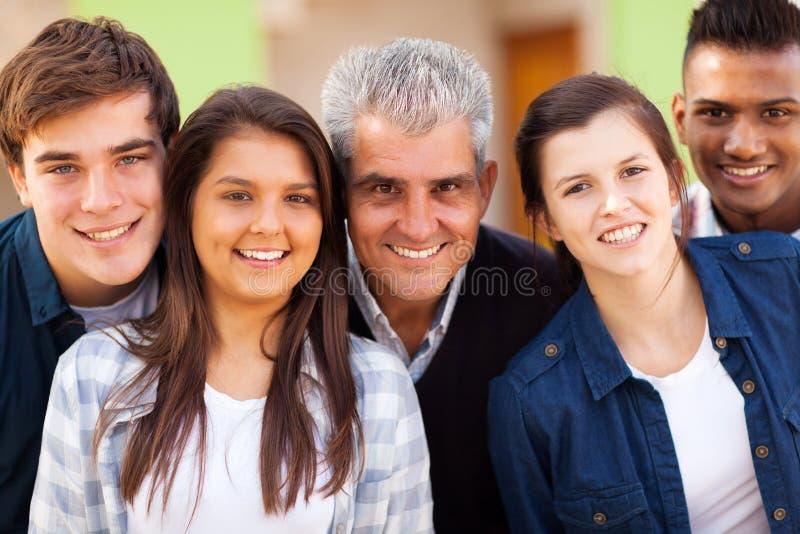 Étudiants adolescents de professeur image stock