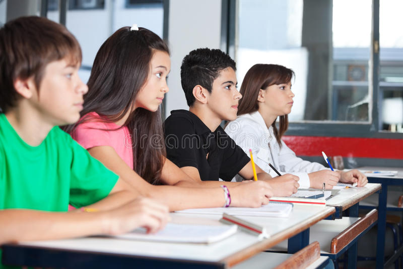 Étudiants adolescents regardant partis tout en étudiant photo stock