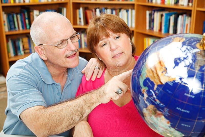 Étudiants adultes avec le globe photos stock