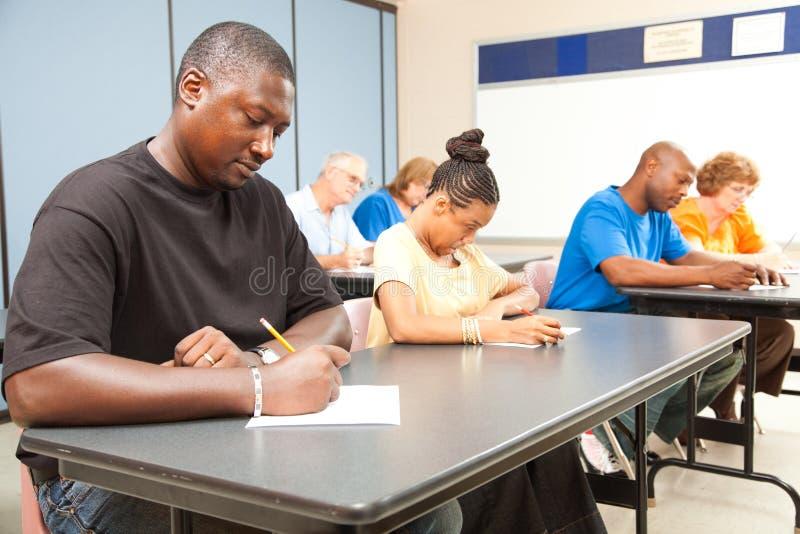 Étudiants adultes passant l'examen images libres de droits