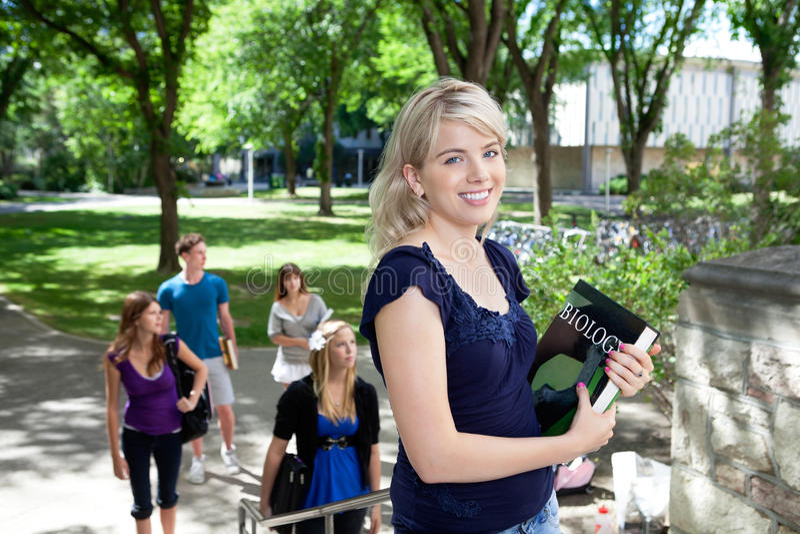 Étudiants allant à l'université image libre de droits