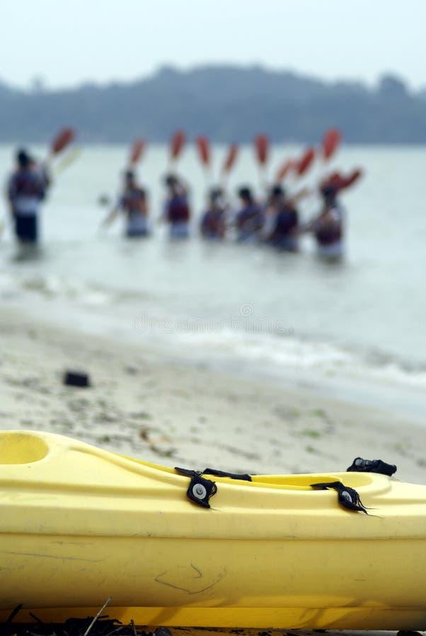 Étudiants apprenant canoeing image libre de droits