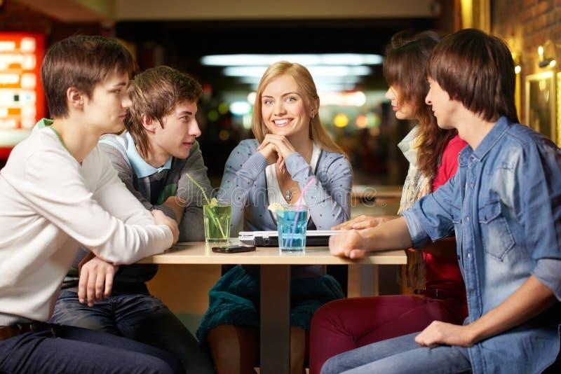 Étudiants autour de table en café photographie stock