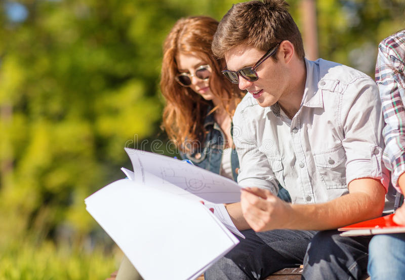 Étudiants avec des livres, des carnets, des dossiers et des dossiers photographie stock