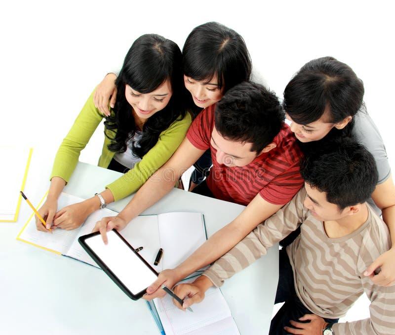 Étudiants avec la tablette images stock