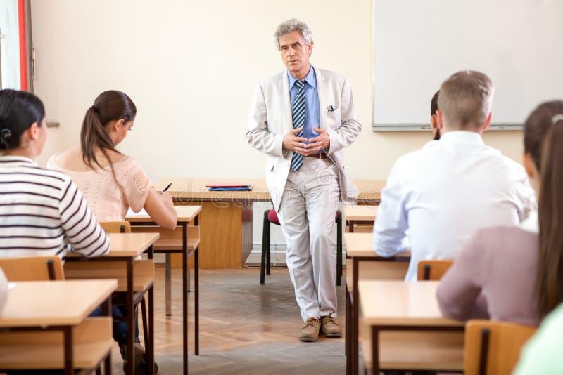 Étudiants avec le professeur image libre de droits