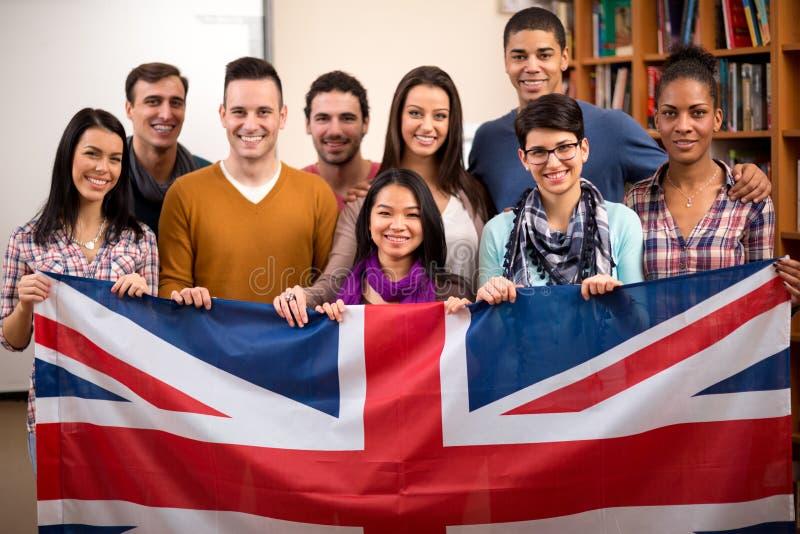 Étudiants britanniques présent leur pays avec le drapeau photos stock