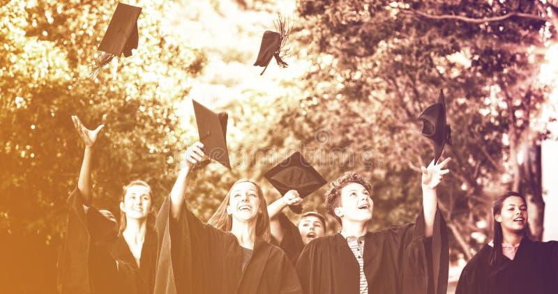 Étudiants célébrant leur obtention du diplôme photos libres de droits