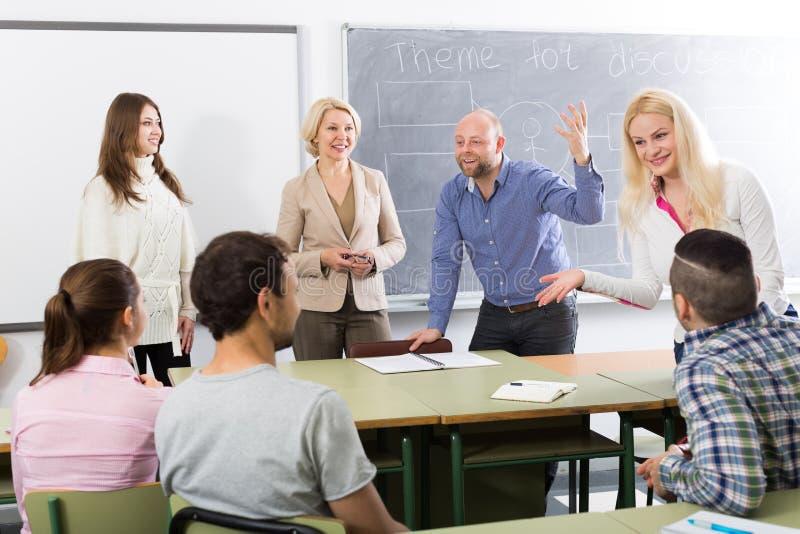 Étudiants causant au stage de formation pour des employés pendant la coupure photos libres de droits