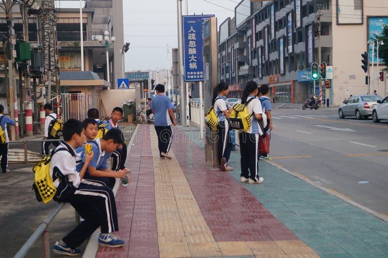 Étudiants chinois sur le chemin de la maison d'école photographie stock