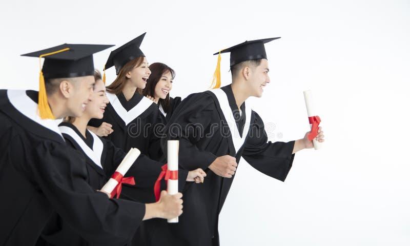 Étudiants courant et célébrant l'obtention du diplôme image libre de droits