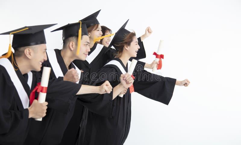 Étudiants courant et célébrant l'obtention du diplôme photo stock