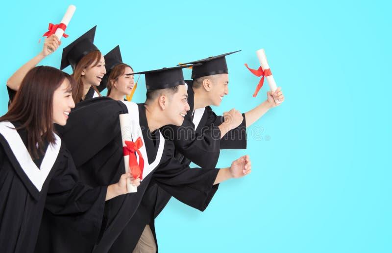 Étudiants courant et célébrant l'obtention du diplôme photo libre de droits