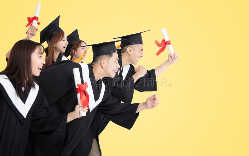 Étudiants courant et célébrant l'obtention du diplôme photos libres de droits