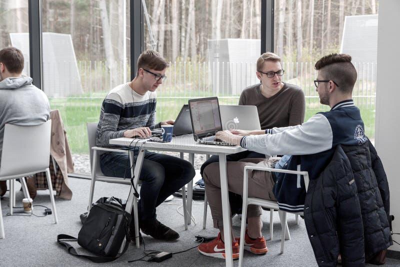 Étudiants coworking à la bibliothèque photo libre de droits