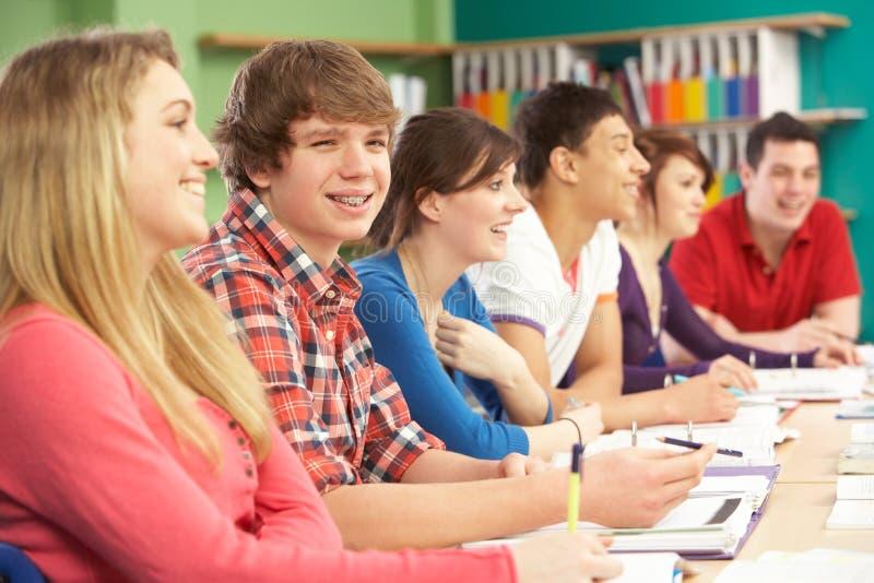 Étudiants d'adolescent étudiant dans la salle de classe photo stock
