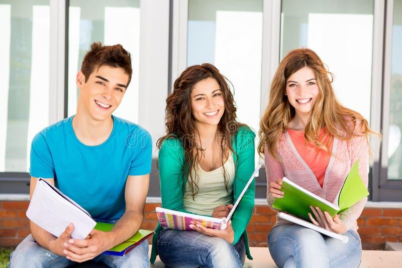 Étudiants dans le campus image libre de droits