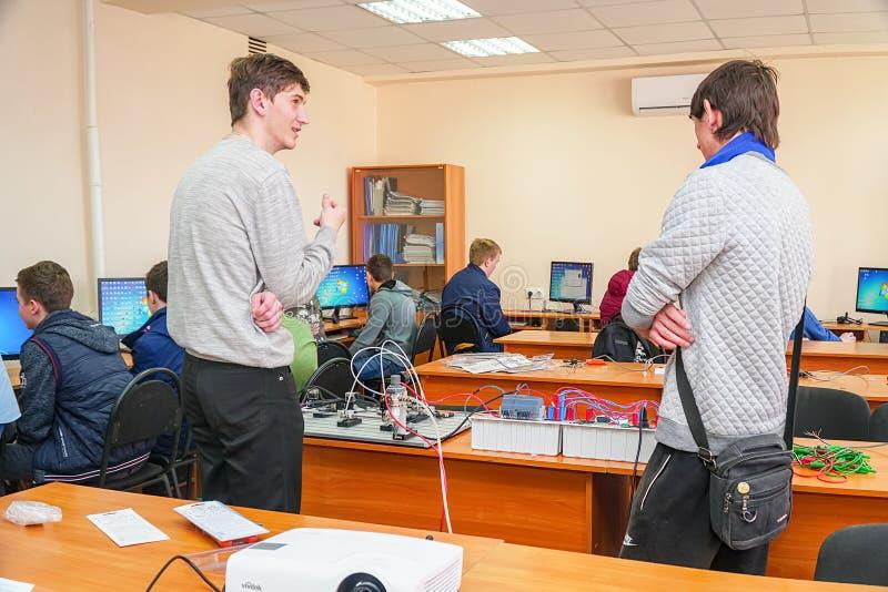 Étudiants dans une classe d'ordinateur avec un professeur photos stock