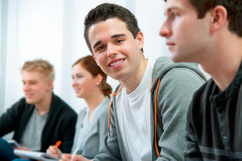 Étudiants dans une salle de classe d'ordinateur photo libre de droits