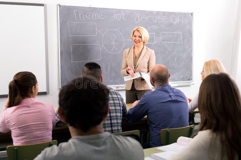 Étudiants de conférence de professeur image libre de droits