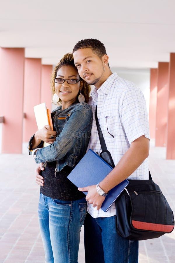 étudiants de couples d'université image stock