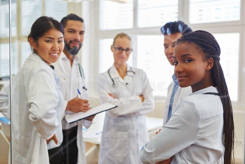 Étudiants de Faculté de Médecine dans l'atelier image libre de droits