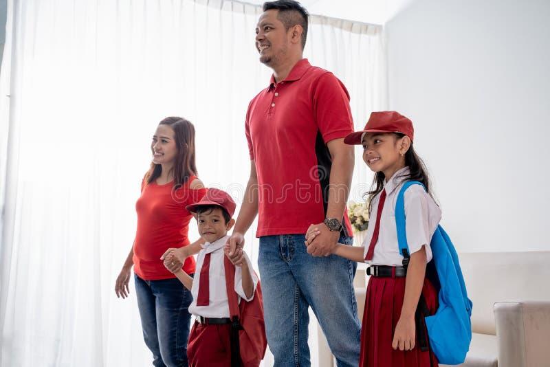 Étudiants de l'école primaire et parents se rassemblant pour aller à l'école photo stock