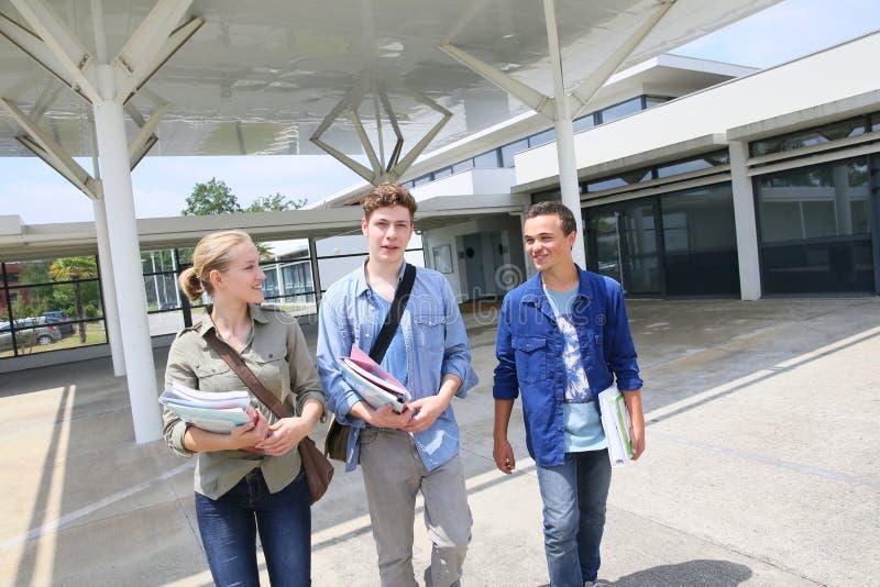 Étudiants de lycée devant le campus d'école photographie stock libre de droits