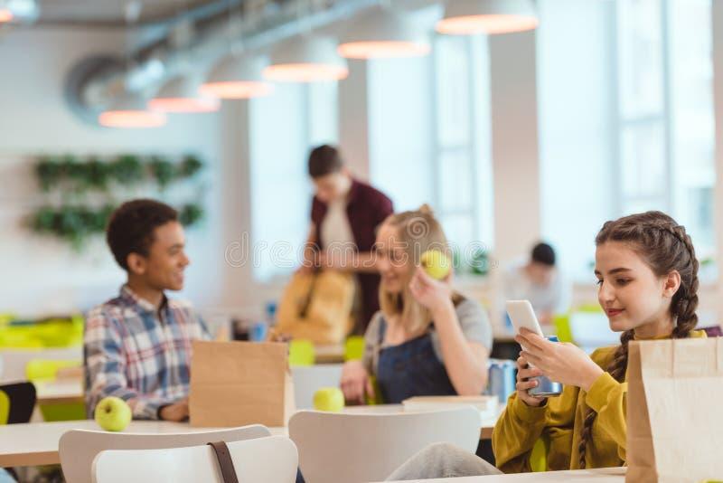 étudiants de lycée passant le temps à la cafétéria de l'école photos stock