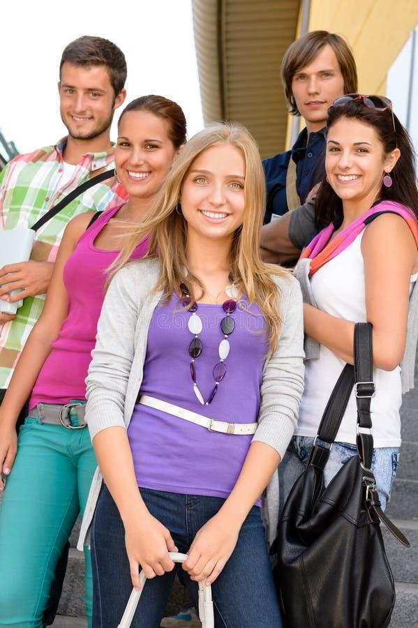 Étudiants de nouveau à l'école sur des escaliers d'université photos libres de droits