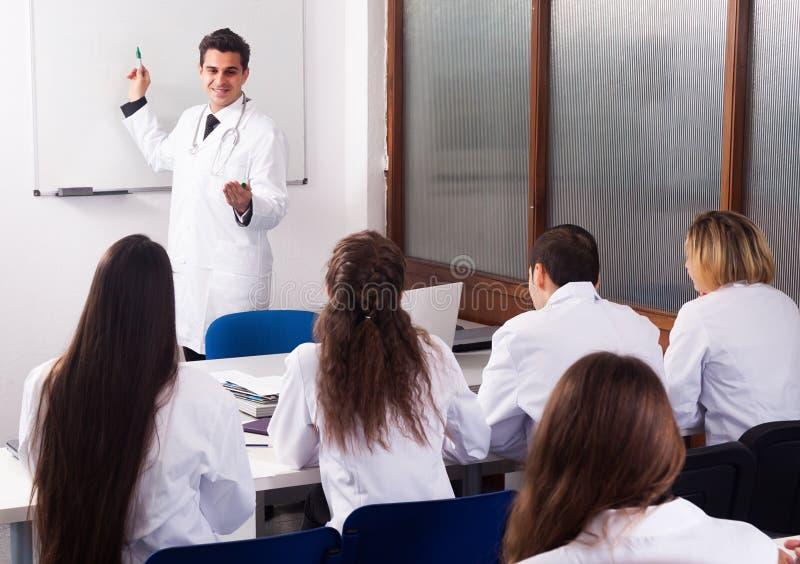 Étudiants en médecine s'asseyant dans l'audienc photo libre de droits