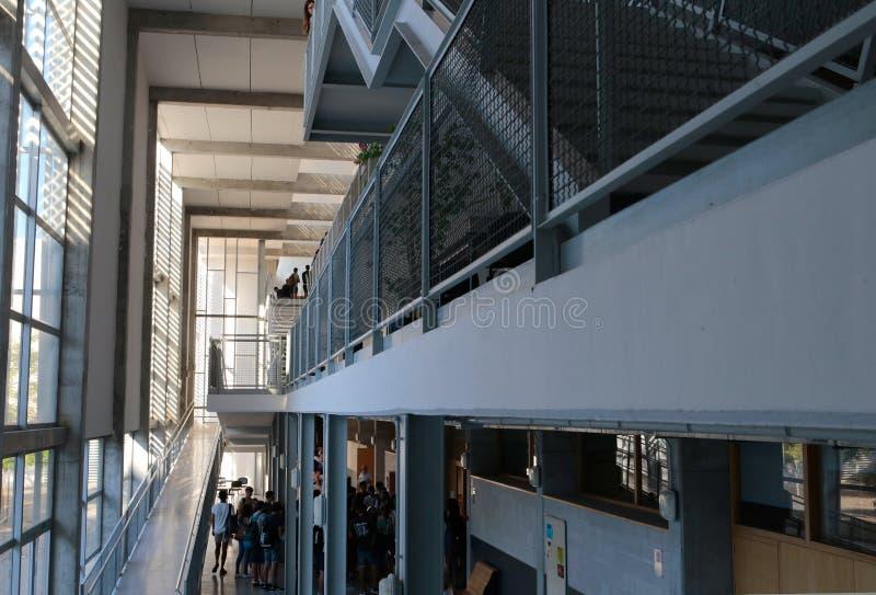 Étudiants entrant dans la salle de classe pour leur examen final d'été photographie stock libre de droits