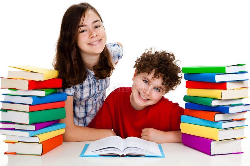 Étudiants et piles des livres images stock