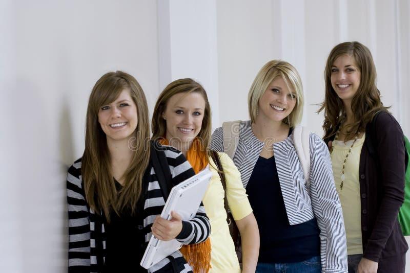 étudiants féminins d'université photographie stock libre de droits