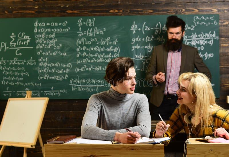 Étudiants faisant l'étude de groupe Étudiante adolescente se préparant aux examens à la salle de classe d'université Vieux livres photographie stock
