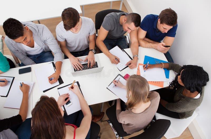 Étudiants faisant l'étude de groupe image libre de droits