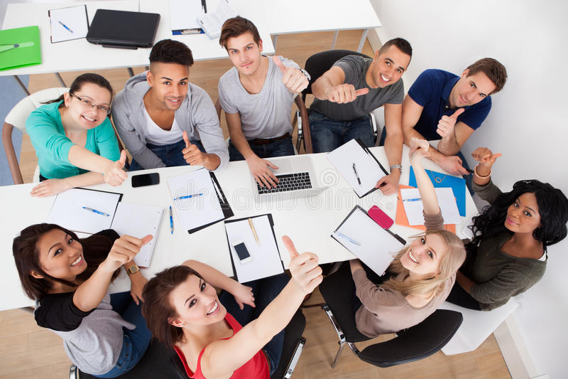 Étudiants faisant l'étude de groupe photographie stock