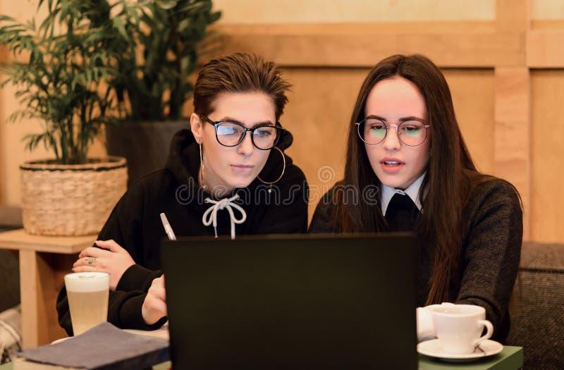 Étudiants faisant le travail dans le cafétéria photos libres de droits