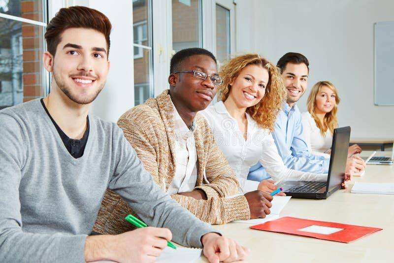Étudiants heureux dans la classe image stock