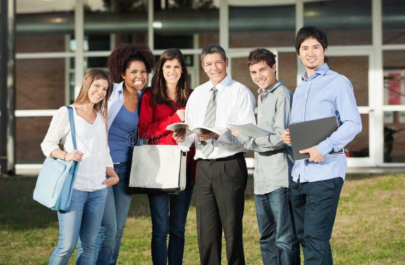 Étudiants heureux avec le professeur Standing On College photos stock